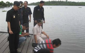 Wakil Bupati Seruyan Yulhaidir bersama tim BLH Seruyan saat mengambil sampel air di bantaran sungai Seruyan untuk dilakukan pemeriksaan di laboratorium beberapa waktu lalu.