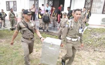 Petugas saat akan mendistribusikan Logistik Pilkades di halaman Kantor Bupati Lamandau, Jumat (30/9/2016). BORNEONEWS/HENDI NURFALAH