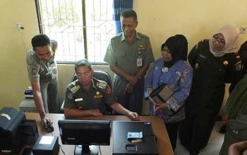 Bupati Seruyan Sudarsono didampingi Kepala Disdukcapil Seruyan Mansyur Ibrahim mengecek peralatan perekaman data pembuatan e-KTP di Disdukcapil Seruyan, beberapa waktu lalu. BORNEONEWS/PARNEN