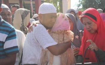 Tangis haru keluarga saat memeluk jamaah haji lansia di Stadion 29 Nopember Sampit, Jumat (30/9/2016). BORNEONEWS/RAFIUDIN