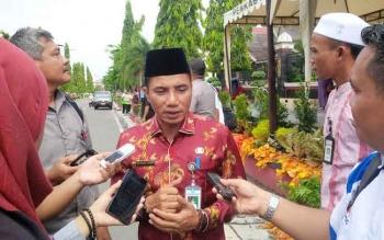 Bupati Kotim, Supian Hadi saat diwawancarai awak media terkait menurunnya kebersihan Kota Sampit, Jumat (30/9/2016). BORNEONEWS/RAFIUDIN