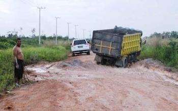 Jalan Pangkalan Bun - Kolam kembali rusak. Tahun 2017, jalan ini akan ditingkatkan dengan dana Rp400 miliar dari APBD Provinsi Kalteng dan anggaran pusat. BORNEONEWS/CECEP HERDI