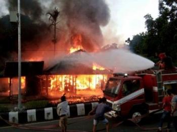 Rumah milik Dayat, Jl Ahmad Yani Nanga Bulik terbakar, Jumat (30/9/2016) petang. BORNEONEWS/HENDI