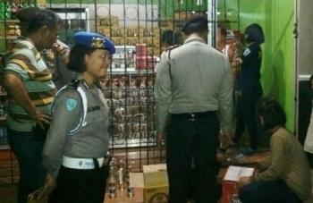 Sejumlah anggota Polres Katingan saat mengecek toko miras di Jalan Soekarno-Hatta Kasongan, Kamis (29/9) malam. BORNEONEWS/ISTIMEWA