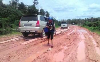 Jalan Pangkalan Bun - Kotawaringin Lama selalu berlumpur dan susah dilalui setiap musim hujan. Pemerintah menyiapkan anggaran Rp400 Miliar untuk membangun jalan layang di lokasi itu. BORNEONEWS/FAHRUDDIN FITRIYA