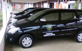 Beberapa unit mobil dinas pengadaan terbaru Pemkab Seruyan, di area parkir Dinas DPKAD Seruyan. Pemkab Seruyan segera melelang kendaraan dinas lama yang sudah tak terpakai. BORNEONEWS/PARNEN
