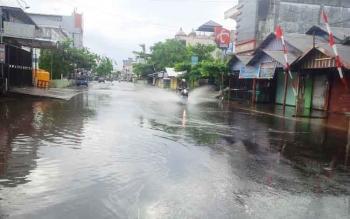 Banjir melanda permukiman di Kotim. Intensitas hujan meningkat, Ketua Komisi III DPRD Kotim, Rimbun, mengimbau warga waspadai bahaya banjir. BORNEONEWS/M. RIFQI