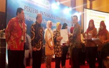 Direktur Rumah Sakit Umum Daerah (RSUD) Muara Teweh drs Dwi Agus Setijowati saat menerima penghargaan dari BPJS Kesehatan, Rabu (28/9/2016), di Jakarta. BORNEONEWS/ISTIMEWA