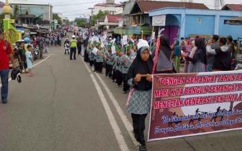 Ribuan santri dari TK/TP Al Quran yang tersebar di Buntok Kabupaten Barito Selatan (Barsel) mengikuti karnaval dalam rangka memeriahkan dan menyambut tahun baru Islam 1 Muharam 1438 Hijriah, Minggu (2/10/2016). BORNEONEWS/LAILY MANSYUR