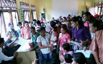 Puluhan warga di Kecamatan Petak Malai antusias melakukan perekaman e-KTP di kantor camat setempat, akhir September 2016. BORNEONEWS/ABDUL GOFUR