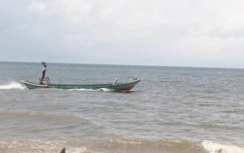 Nelayan di Pantai Ujung Pandaran, Kotawaringin Timur, Kalimantan Tengah, sedang mencari ikan. Nelayan dan petani di Kotim menagih janji Bupati Kotim, Supian Hadi yang akan membentuk BUMDes. BORNEONEWS/RAFIUDIN