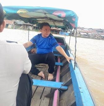 Usaisenampagi, Gubernur naik Kelotok menyeberangi Sungai Kahayan untuk menjenguk warga di kampung Pahandut Seberang. BORNEONEWS/DOK