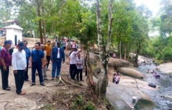 Gubernur Sugianto (kaos dan training biru) didampingi Wakil Walikota Palangka Raya Mofit Saptono berada di tepi Sei Gohong, Minggu (2/10/2016). BORNEONEWS/WAHYUDI HENDRA
