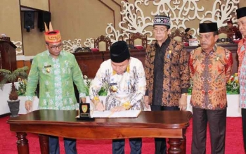 Gubernur Sugianto menandatangani RAPBD-P 2016. BORNEONEWS/ROZIQIN