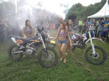 Aksi sejumlah gadis belia dalam kegiatan Pulang Pisau Trail Adventure Marudas Tarus Part III, di Lapangan Pelindo III Pulang Pisau, Sabtu (1/10/2016). BORNEONEWS/JAMES DONNY