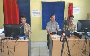 Warga melakukan perekaman e-KTP di kantor Dinas Kependudukan dan Catatan Sipil Barito Selatan. BORNEONEWS/URIUTU DJAPER