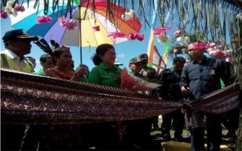 Menteri Kesehatan, Nila Farid Moeloek tiba di Gunung Mas, Kalimantan Tengah, Senin (3/10/2016) pagi, disambut ritual adat. Menkes mencanangkan Bulan Eliminasi Kaki Gajah (Belkaga). BORNEONEWS/M. MUCHLAS ROZIKIN