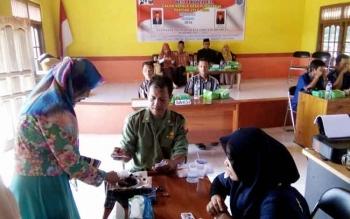 Para Calon Kades duduk didampingi Istri saat Pemungutan suara dalam Pilkades Serentak di Desa Bina Bhakti dan Desa Purwareja, Kecamatan Seamtu Jaya, Sabtu (1/10/2016). BORNEONEWS/HENDI NURFALAH