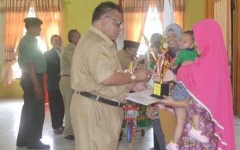 Bupati Sukamara, Ahmad Dirman menyerahkan piala dan piagam penghargaan kepada pemenang Lomba Balita Indonesia (LBI) Kabupaten Sukamara di Gedung Gawi Barinjam, Senin (3/10/2016). BORNEONEWS/NORHASANAH