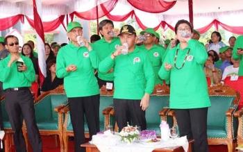 Gubernur Sugianto minum obat bersama Menkes Nila saat pencanangan bulan eliminasi kaki gajah (Belkaga) tingkat Nasional di taman kota Kuala Kurun, Gunung Mas. BORNEONEWS/EPRA SENTOSA