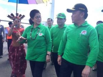 Gubernur Sugianto Sambut Menkes di Bandara Kuala Kurun BORNEO/WAHYUDI HENDRA