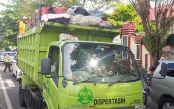 Mobil pengangkut sampah di Kotawaringin Timur. Anggota Komisi IV DPRD Kotim, Darmawati, Senin (3/10/2016), minta Pemkab Kotim mengatasi segera tumpukan sampah. BORNEONEWS/M. RIFQI