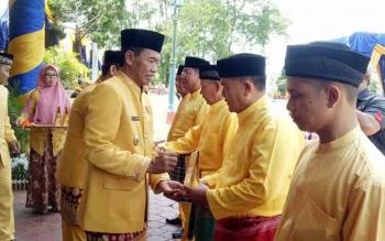 Bupati Kotawaringin Barat, Bambang Purwanto menyerahkan bantuan kepada salah satu ahli waris pendiri Kabupaten Kotawaringin Barat, Senin (3/10/2016). BORNEONEWS/FAHRUDDIN FITRIYA