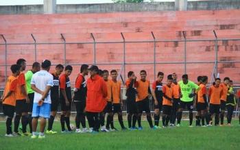 Daniel Rakito memberikan pengayaan taktik kepada Laskar Isen Mulang di Stadion Tuah Pahoe Palangka Raya, Senin (3/10/2016). BORNEONEWS/RONI SAHALA