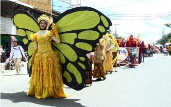 Kostum unik berwarna warni yang digunakan peserta Pawai Nasi Adab 2016, Selasa (4/10/2016). Pawai ini, kegiatan tahunan, rangkaian peringatan HUT ke 57 Kabupaten Kobar. BORNEONEWS/WAHYU KRIDA