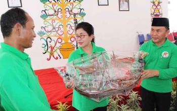 Bupati Gunung Mas, Arton S Dohong (kiri), bersama Gubernur Kalimantan Tengah, Sugianto Sabran, mengapit Menteri Kesehatan Nila F Moeloek, di Kuala Kurun, Gumas, Senin (3/10/2016). BORNEONEWS/M. MUCHLAS ROZIKIN