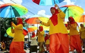 Kaum ibu peserta Pawai Nasi Adab 2016, dalam rangka HUT ke-57 Kotawaringin Barat, Selasa (4/10/2016), spontan menggelar atraksi tarian di pertigaan jalan Pangeran Antasari - Jalan Rangga Santrek. BORNEONEWS/WAHYU KRIDA