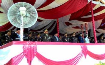 Wali Kota Palangka Raya, HM Riban Satia (berjas) berdiri di jajaran depan undangan saat menghadiri upacara HUT ke-71 TNI, di Lapangan Sanaman Mantikei, Rabu (5/10/2016). Gubernur Kalteng Sugianto Sabran bertindak selaku Inspektur Upacara dalam acara ini.