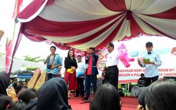 Siswa mabuk ini (berkaos merah) naik panggung, dan ketahuan sedang mabuk oleh Wakil Wali Kota Palangka Raya, Mofit Saptono.