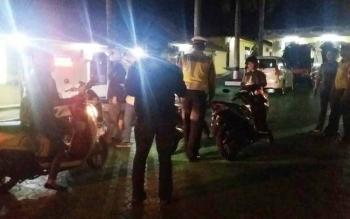 Pengendara yang terjaring razia kendaraan oleh Satlantas Polres Kobar dibawa ke Mapolres Kobar untuk diberikan sanksi tilang, Selasa (4/10/2016) malam. Polres Kobar rutin menggelar razia untuk menekan tingginya pelanggaran di jalan raya. BORNEONEWS/CECEP