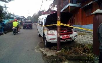 Mobil ambulance RSUD Muara Teweh yang terbakar di Jalan Veteran, Kelurahan Melayu, Kecamatan Teweh Tengah, kini di police line oleh Polres Barut guna melakukan penyelidikan lebih lanjut, Rabu (5/10).(PPOST/AGUS SIDIK)