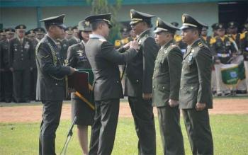 Pangdam Tanjungpura, Mayjen Andika Perkasa, memberikan tanda kehormatan Negara; Satya Lancana Kartika Ekapaksi Nararya, XXIV dan XIV kepada sejumlah perwira, pada HUT ke-71 TNI, Rabu (5/10/2016). BORNEONEWS/PENDAM TANJUNGPURA