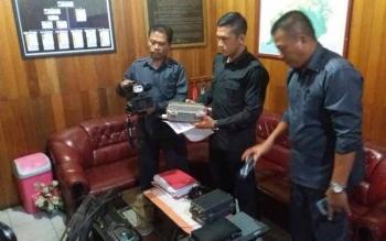 Kasat Reskrim Polres Kotawaringin Timur, Iptu Reza Fahmi bersama dua anggotanya, menunjukkan alat TV kabel ilegal yang mereka sita, beberapa waktu lalu. BORNEONEWS/M. HAMIM