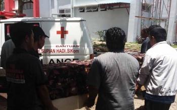 Sejumlah keluarga korban sedang membawa korban yang berada di dalam peti jenzah untuk dimasukkan ke dalam ambulan, dan dibawa ke rumah duka untuk disemayamkan. BORNEONEWS/HAMIM