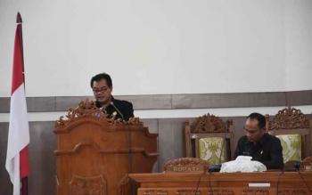 Anggota DPRD Gunung Mas, Untung Jaya Bangas menyampaikan pandangan umum Fraksi Demokrat pada rapat paripurna DPRD Gumas beberapa waktu lalu. Untung akan melakukan monitoring penggunaan dana desa dan ADD di Gumas. BORNEONEWS/EPRA SENTOSA