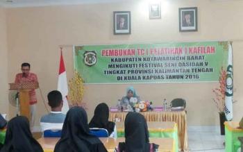 Ketua Umum DPD LASQI Kobar, Hj. Nurhidayah saat menghadiri pembukaan TC kafilah Kobar yang akan mengikuti FSQ ke V tingkat Provinsi Kalteng di Kapuas. BORNEONEWS/KOKO SULISTYO