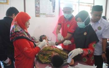 Medis di RSUD Jaraga Sasameh Buntok saat melakukan perawatan pada pasien. BORNEONEWS/LAILY MANSYUR