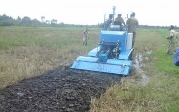 Bupati Seruyan, Sudarsono, melakukan uji coba alat pengolah lahan pertanian canggih. Kamis (6/10/2016), anggota DPRD Seruyan berharap pemkab atasi kendala pemasaran hasil panen padi. BORNEONEWS/PARNEN