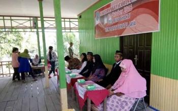 Para calon kades, di Desa Bina Bakti, tampak dukuk berjejer saat pemungutan suara Pilkades berlangsung, Sabtu (1/10/2016). BORNEONEWS/HENDI NURFALAH
