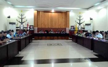 Baru I Sangkai, Kepala Satpol PP Palangka Raya memimpin Rapat Penutupan PKL/Ruko Melanggar Perda, Kamis (6/10/2016). Pada 9 Oktober 2016, jalur hijau bebas dari PKL. BORNEONEWS/TESTI PRISCILLA