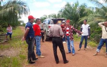 Masyarakat bersama pihak kepolisian saat meninjau lokasi sengketa lahan di Desa Rubung Buyung, Kecamatan Cempaga, Kotim, beberapa waktu lalu. BORNEONEWS/M. RIFQI