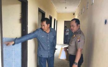 Ketua Kwarcab Pramuka Kotawaringin Barat, Ahmad Subandi menunjukkan raibnya daun pintu dan jendela, di Bumi Perkemahan Marunting Batu Aji kepada polisi, Kamis (6/10/2016). BORNEONEWS/FAHRUDDIN FITRIYA