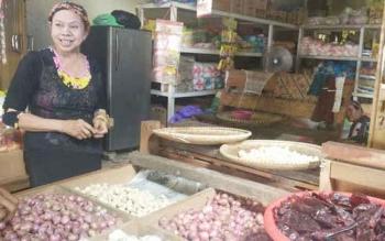 Nurhayah, pedagang bawang di Pasar Lombok Pasar Besar Palangka Raya saat menjelaskan fluktuasi harga komoditi bawang merah, Kamis (6/10/3016). BORNEONEWS/RONI SAHALA