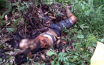 Sesosok mayat membusuk di temukan sekitar 30 meter dari jalan raya persisnya di antaranya padang sabat rumput yang juga ditumbuhi pohon kelapa sawit. BORNEONEWS/BUDI YULIANTO