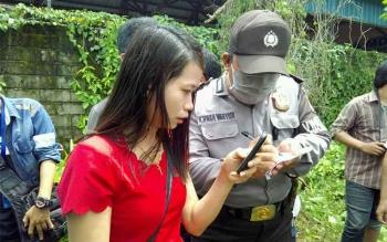 Sumie, sepupu korban ketika memberikan keterangan kepada polisi bahwa mayat yang ditemukan membusuk itu adalah keluarganya. BORNEONEWS/BUDI YULIANTO