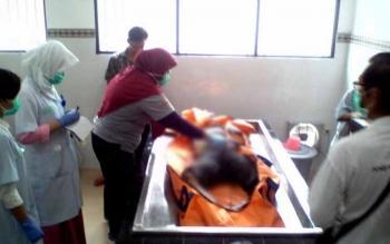 Polres Palangka Raya menunggu hasil visum yang ditangani ahli forensik RSUD dr Doris Sylvanus Palangka Raya, untuk menyimpulkan penyebab kematian Rudi Hartono (31), Jumat (7/10/2016). BORNEONEWS/BUDI YULIANTO
